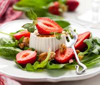 Salade de pousses d'épinards, chèvre frais et fraises